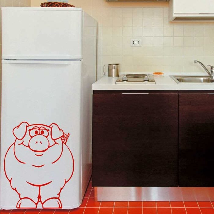 идея оригинального украшения холодильника на кухне