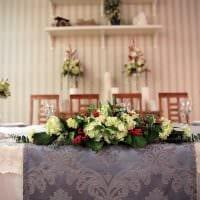 вариант оригинального декорирования стола картинка