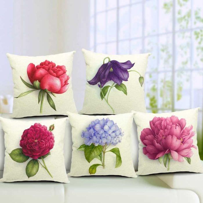 вариант красивых декоративных подушек в интерьере спальни