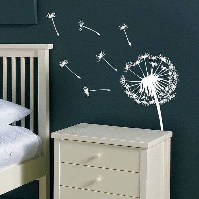 вариант современного интерьера комнаты с декоративным рисунком на стене