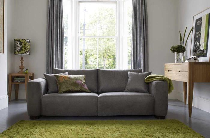 идея красивого интерьера гостиной с диваном