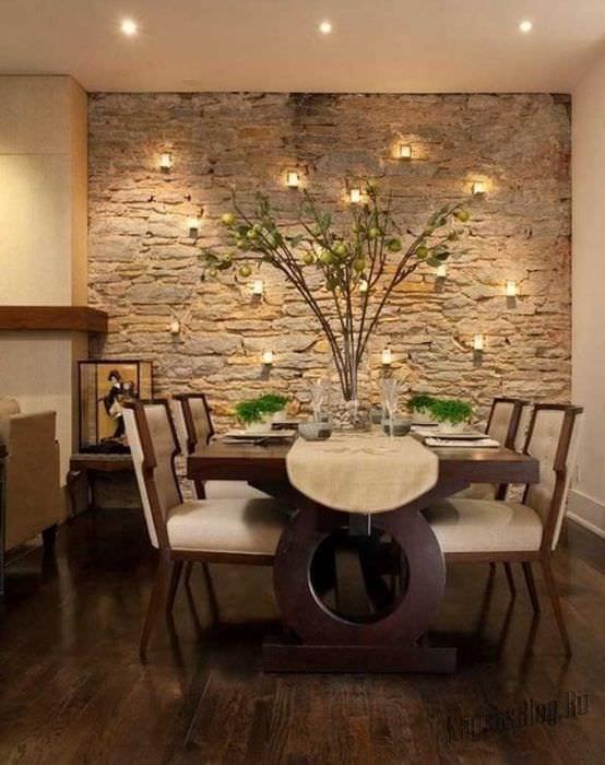 идея яркого декоративного камня в интерьере комнаты