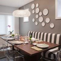 вариант яркого оформления спальни с декоративными тарелками на стену фото