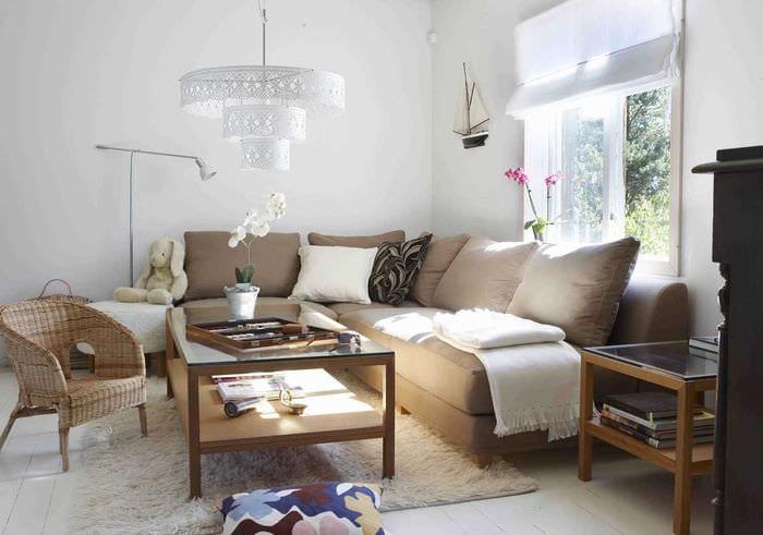 идея оригинального декора гостиной с диваном