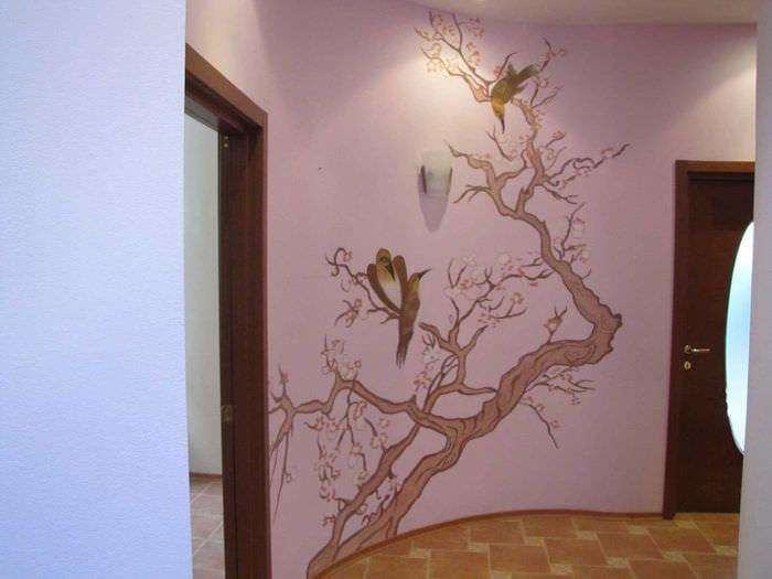 вариант оригинального дизайна комнаты с декоративным рисунком на стене