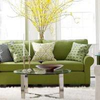 идея оригинального декора гостиной с диваном фото