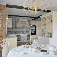 идея необычного оформления комнаты с декоративными тарелками на стену картинка