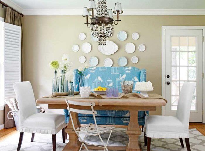 идея современного стиля комнаты с декоративными тарелками на стену