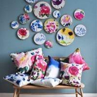 идея оригинального дизайна спальни с декоративными тарелками на стену фото