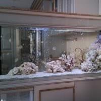 идея яркого украшения домашнего аквариума фото