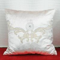 вариант оригинальных декоративных подушек в интерьере гостиной фото