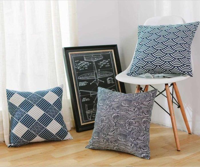 вариант оригинальных декоративных подушек в интерьере спальни