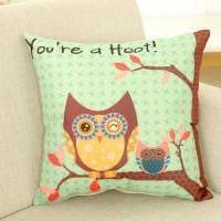 идея красивых декоративных подушек в интерьере спальни фото