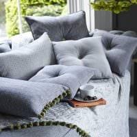 идея оригинальных декоративных подушек в дизайне гостиной картинка