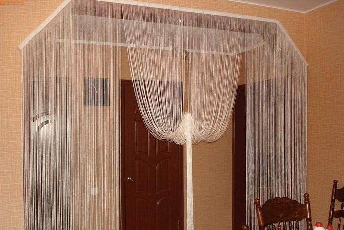 вариант необычных декоративных штор в стиле комнаты