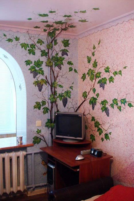 вариант красивого интерьера квартиры с декоративным рисунком на стене