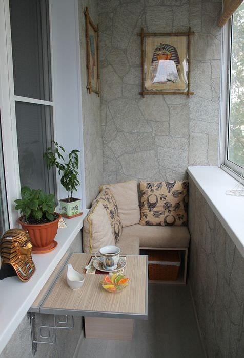 вариант необычного декора небольшого балкона