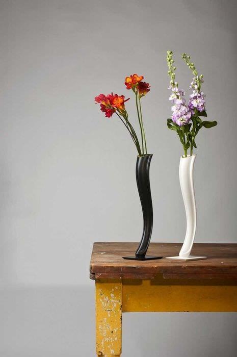 вариант красивого декора напольной вазы с декоративными цветами
