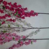 вариант яркого интерьера вазы с декоративными цветами картинка