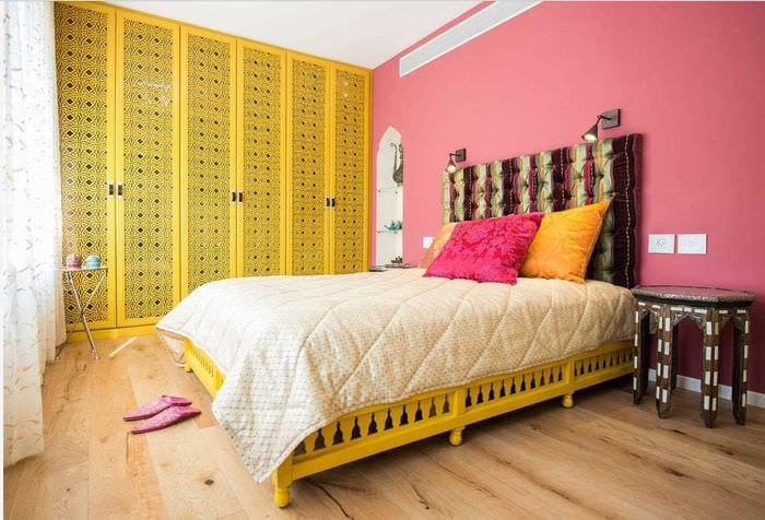 идея стильного декорирования интерьера спальни
