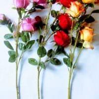 вариант яркого дизайна напольной вазы с декоративными ветками фото
