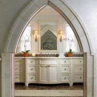 идея оригинального интерьера гостиной с аркой фото
