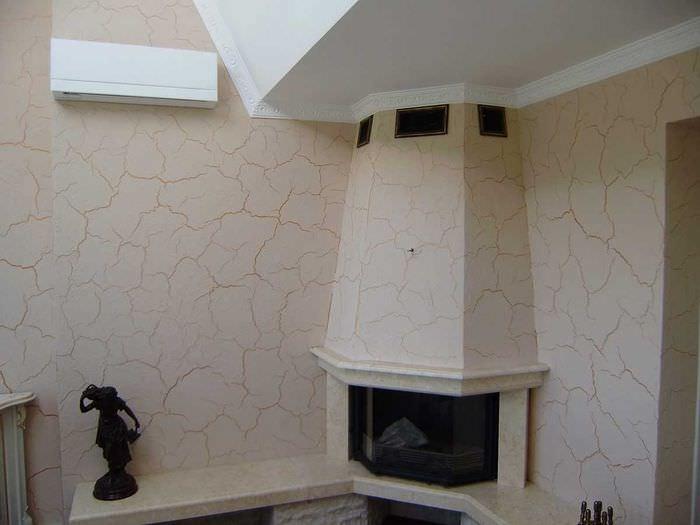 вариант яркого дизайна комнаты с декоративной штукатуркой