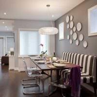 идея яркого интерьера квартиры с декоративными тарелками на стену картинка