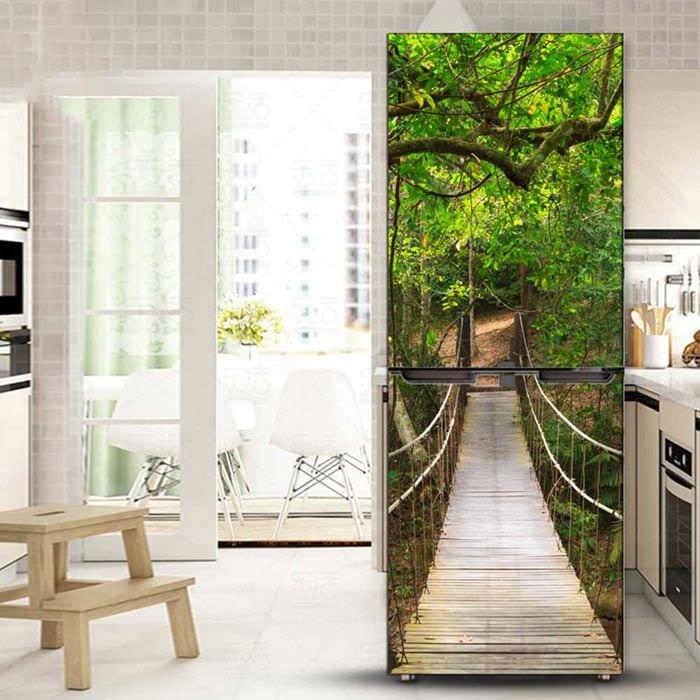 вариант оригинального украшения холодильника на кухне