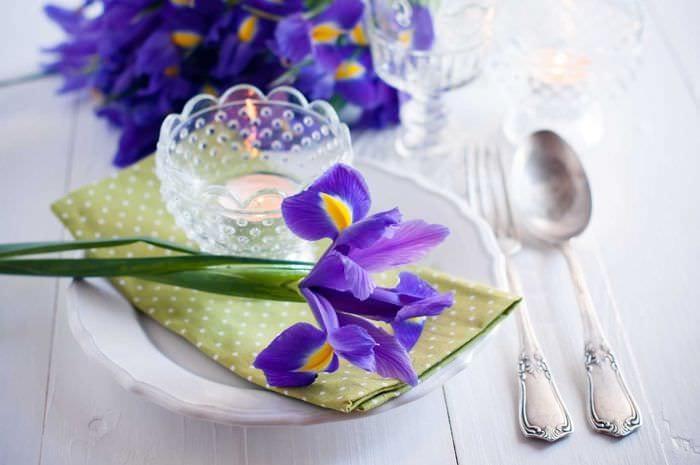 вариант красивого украшения предметов к 8 марта