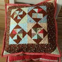 идея оригинальных декоративных подушек в интерьере гостиной картинка