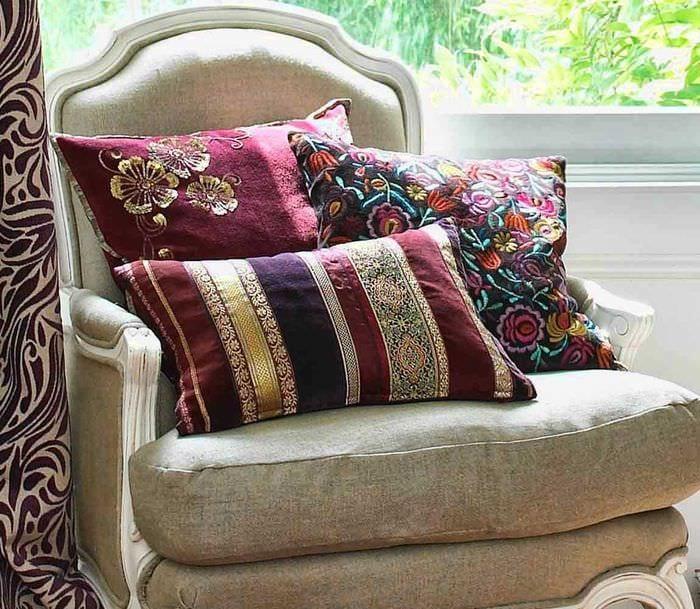 идея красивых декоративных подушек в интерьере гостиной