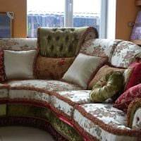 идея современных декоративных подушек в интерьере спальни картинка