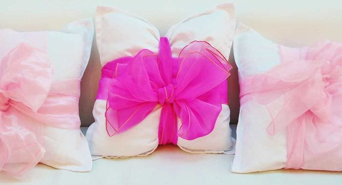 идея красивых декоративных подушек в дизайне гостиной