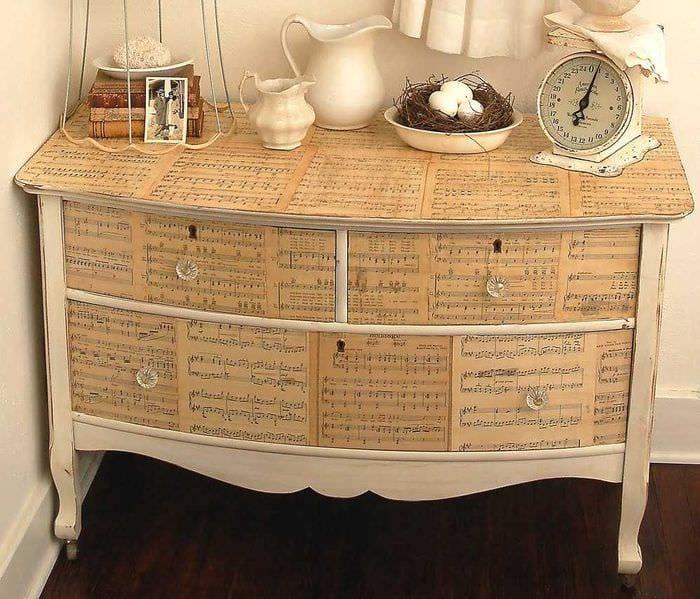 вариант декорирования шкафа подручными материалами