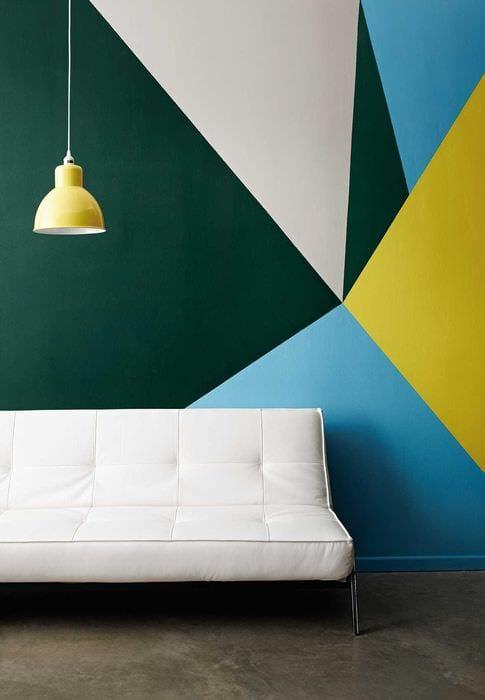 вариант красивого интерьера комнаты с декоративным рисунком на стене