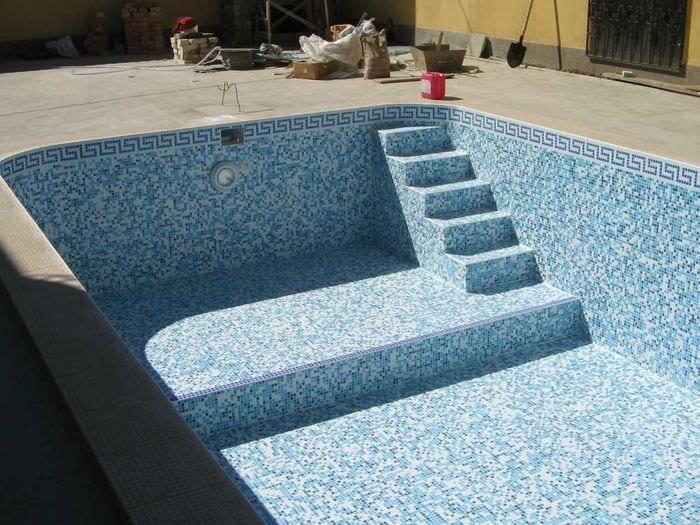 вариант современного дизайна небольшого бассейна