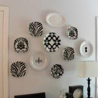 вариант яркого оформления спальни с декоративными тарелками на стену картинка