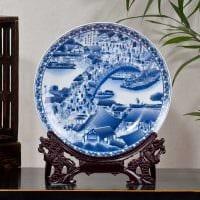 вариант красивого дизайна гостиной с декоративными тарелками на стену картинка