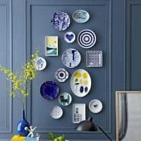 идея оригинального интерьера комнаты с декоративными тарелками на стену фото