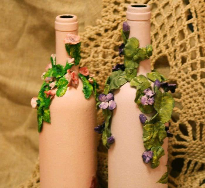 идея необычного декорирования стеклянных бутылок красками