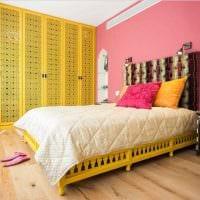идея необычного декорирования интерьера спальни фото