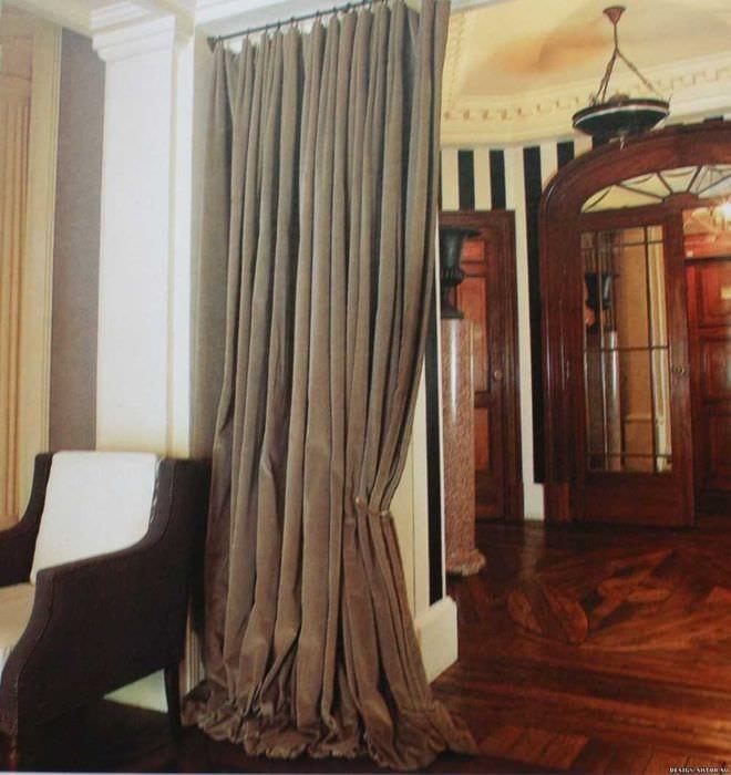 вариант ярких декоративных штор в дизайне комнаты