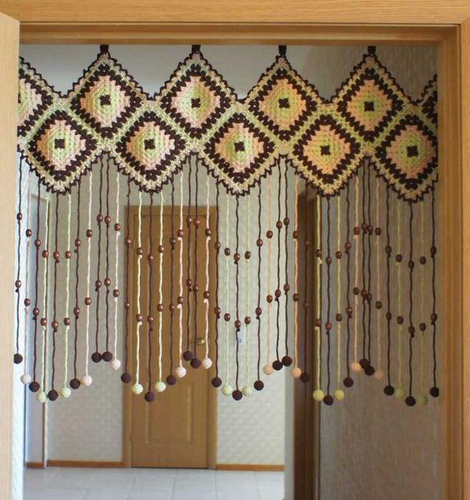 вариант необычных декоративных штор в интерьере квартиры