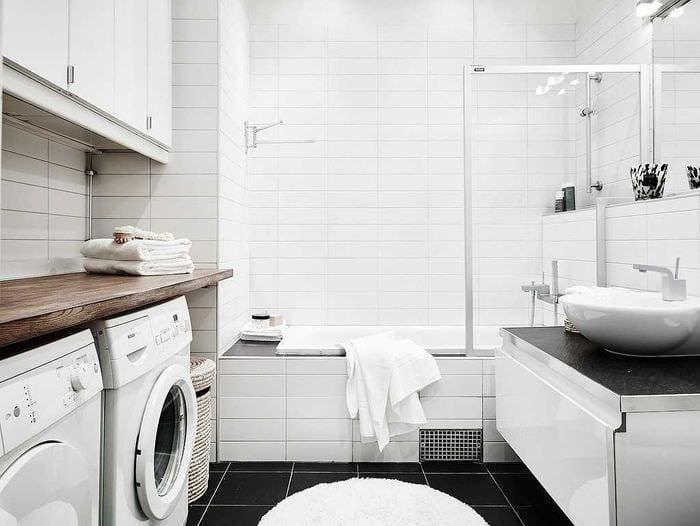 идея яркого дизайна белой ванной комнаты