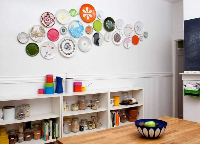 вариант яркого стиля спальни с декоративными тарелками на стену