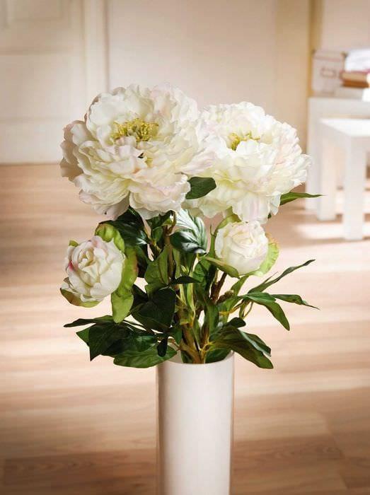 вариант красивого интерьера вазы с декоративными цветами