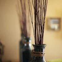 идея красивого дизайна напольной вазы с декоративными ветками фото