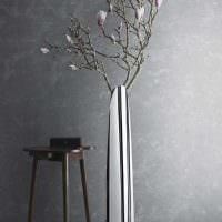 идея яркого декора вазы с декоративными ветками фото