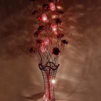 идея оригинального интерьера напольной вазы с декоративными цветами картинка